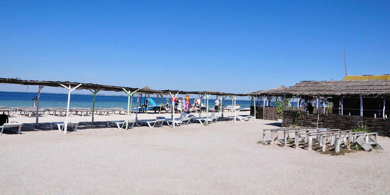 А ще Джарилгач – це смуга освоєних чудових пляжів, куди туристи можуть  дістатися зі Скадовська на теплоході.