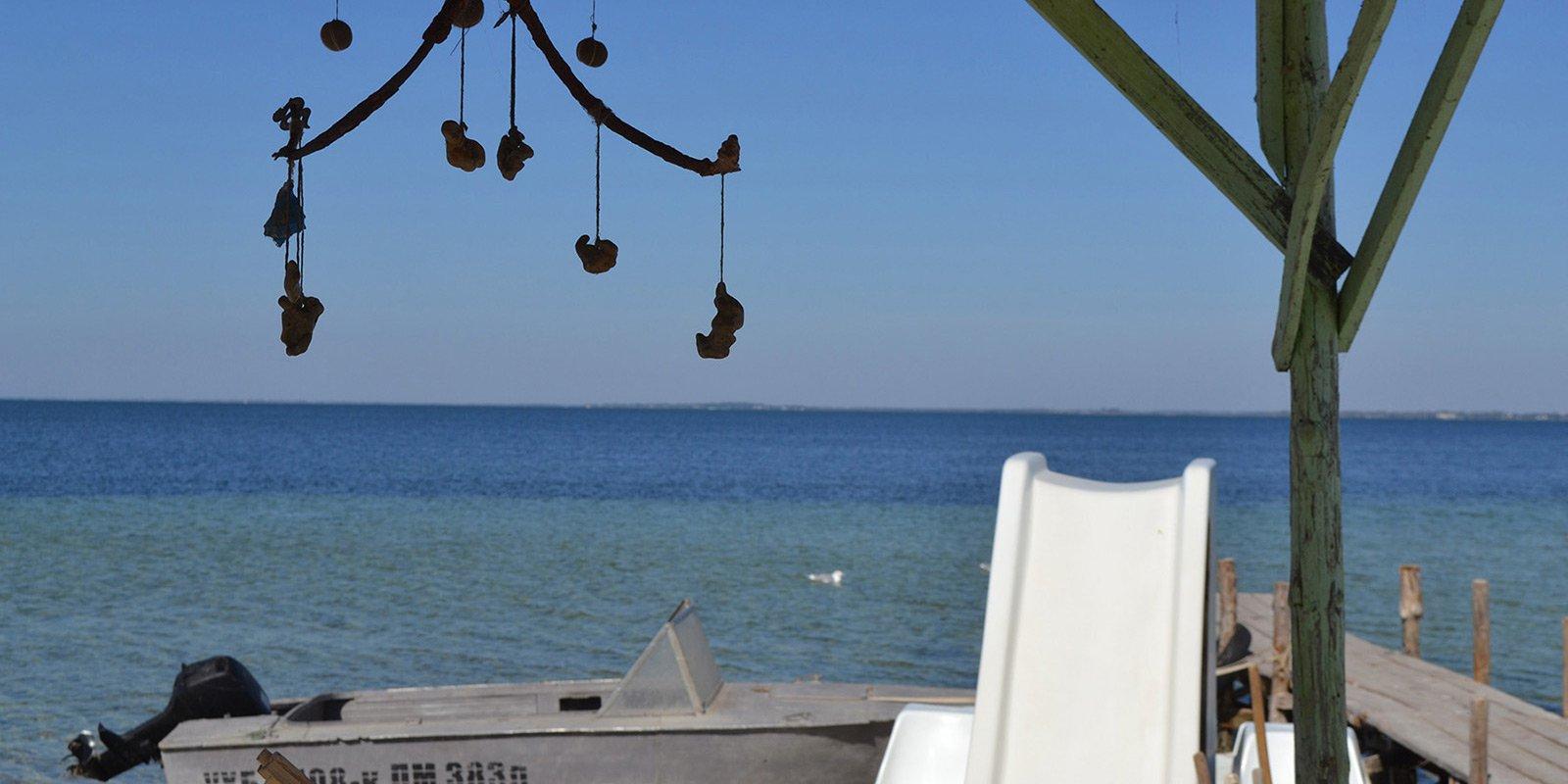 Південний берег влітку перетворюється в курортну зону, бази відпочинку на Джарилгач представлені літным поселенням «Очеретяне містечко».