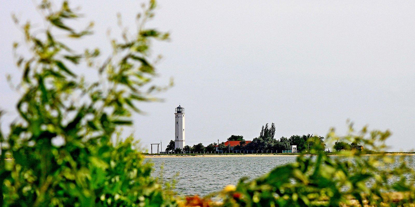 Ще однією визначною пам'яткою острова є Бирючий маяк.