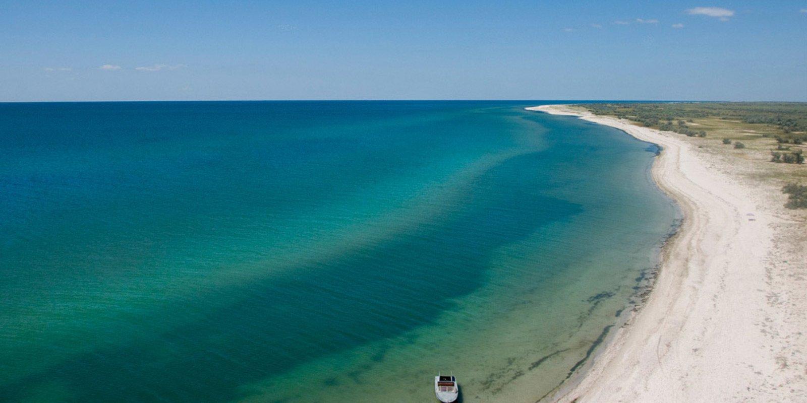 Піщані дюни, болотисті низовини, величезна кількість невеликих озер і безкраї пляжі створюють ілюзію безлюдності. Нескінченний піщаний берег - ідеальний плацдарм для виходу у відкрите море.